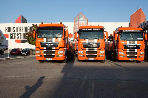 Lkw vor dem Baustoffmarkt Gersthofen